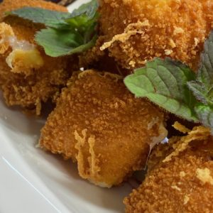 Жареный сыр моцарелла с соусом «Альфредо»