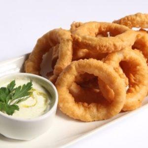 Луковые кольца с соусом «Блю чиз»